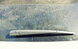 Fönster och torkare för mycket smutsig bil bakre Royaltyfri Bild