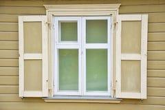 Fönster och trävägg Arkivfoto
