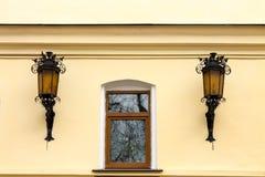 Fönster och två gataljus fotografering för bildbyråer