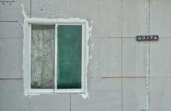 Fönster på betongväggen Arkivbilder