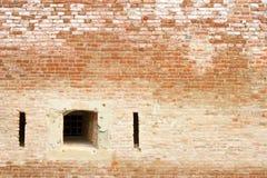 Fönster på den forntida tegelstenväggen Arkivbilder