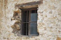 Fönster på den gamla spruckna väggen Fotografering för Bildbyråer