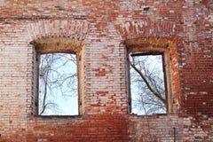Fönster på den gamla spruckna väggen Arkivbilder