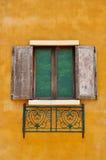 Fönster på den gula väggen Arkivbild