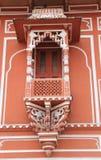Fönster på den Maradja slotten. Arkivbilder