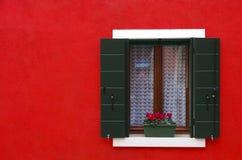 Fönster på den röda väggen Royaltyfri Fotografi