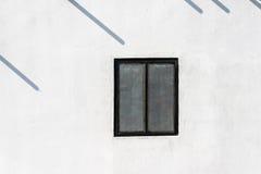 Fönster på den vita väggen Royaltyfri Bild