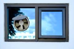 Fönster på det moderna hemmet, ventilatorer på det smutsiga glass fönstret som är dammigt Royaltyfri Bild