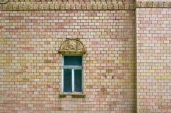 Fönster på en vägg Arkivfoto