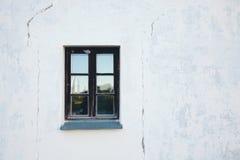 Fönster på en vitvägg Arkivfoton