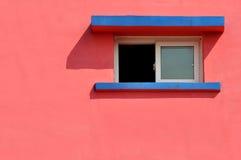 Fönster på färgväggen Arkivfoton