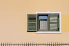 Fönster på fasad Arkivbilder