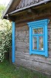 Fönster på fasaden av ett gammalt hus Arkivfoton