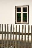 Fönster på gammalt vitt hus Royaltyfri Foto