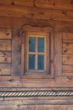 Fönster på trähuset Arkivfoto
