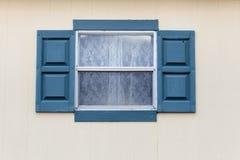 Fönster på väggbakgrund Arkivbild