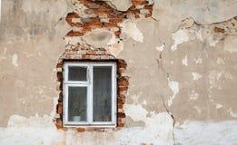 Fönster på väggen Arkivfoto