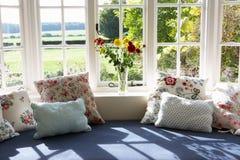 Fönster Seat i modernt hus Arkivbilder
