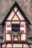 Fönster som dekoreras med blomman i Nuremberg Arkivbilder