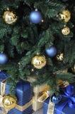 FÖNSTER SOM DEKORERAS MED CHRISTIMAS-OBJEKT royaltyfria bilder