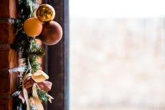 Fönster som dekoreras med julbollar royaltyfri foto