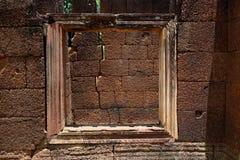 Fönster som ser sprickan i den Cambodja monumentet royaltyfria foton