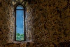 Fönster som ut ser till stormiga himlar Royaltyfri Bild