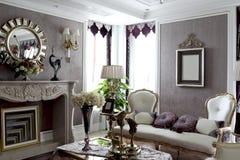 Fönster två i utsökt lyxig vardagsrum royaltyfri fotografi