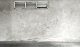 Fönster vägg för Grungebetongcement med sprickan arkivfoto