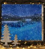 Fönster vinterlandskap, felika ljus Arkivfoto