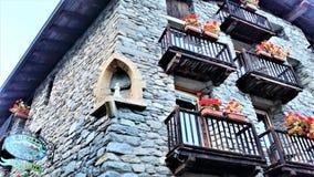 Fönsteraskar i medeltida stenbyggnad i Dolonne Royaltyfri Fotografi