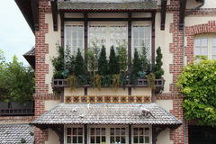 Fönsteraskar installerades framme av ett fönster av ett placerat hus i Deauville (Frankrike) Arkivbild