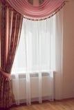 Fönsterdesign - rosa färggardiner med förhängear Fotografering för Bildbyråer