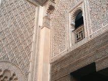 Fönsterdetalj Madrasa av Ben Youssef, Marrakech Marocko Royaltyfria Bilder