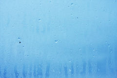 Fönsterexponeringsglas i condensaten i de kalla strömmarna av vattnet tappar bakgrund fotografering för bildbyråer