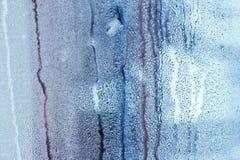 Fönsterexponeringsglas i condensaten i de kalla strömmarna av vattnet tappar bakgrund arkivfoto