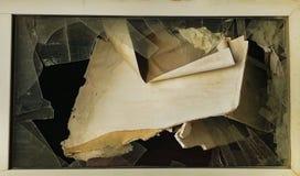 Fönsterexponeringsglas i ett förstört hus royaltyfri foto