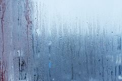 Fönsterexponeringsglas med kondensation, stark hög fuktighet i rummet, stora vattensmå droppar flödar ner, kall signal fotografering för bildbyråer