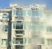 Fönsterexponeringsglaset av is i vinter Arkivbild