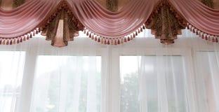 Fönstergarnering - rosa lambrequin med gardin Royaltyfri Foto