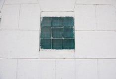 Fönsterklassiker på väggen grönt äldre fönster för färg på väggen Royaltyfri Bild