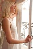 fönsterkvinna Royaltyfri Foto