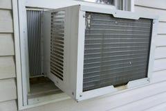 Fönsterluftkonditioneringsapparatarbete som håller saker kall Royaltyfri Bild