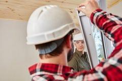 Fönstermontörer som monterar fönstret royaltyfri fotografi