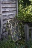 Fönsterram mot gammal träbyggnad arkivfoto