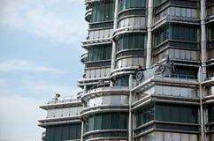 Fönsterrengöringsmedel är på överkanten av tornet Arkivfoton