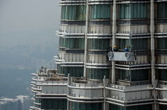 Fönsterrengöringsmedel på överkanten av tornet Arkivbild
