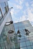 Fönsterrengöringsmedel på kontorsbyggnad, foto som tas 20 05 2014 Arkivfoton