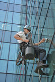 Fönsterrengöringsmedel på kontorsbyggnad, foto som tas 20 05 2014 Arkivbilder