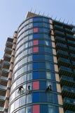 Fönsterrengöringsmedel som abseiling byggnaden Arkivfoto